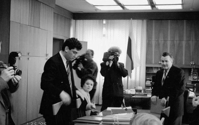 Папки с подписными листами в кабинете губернатора Нижегородской области Бориса Немцова. Январь 1996 года