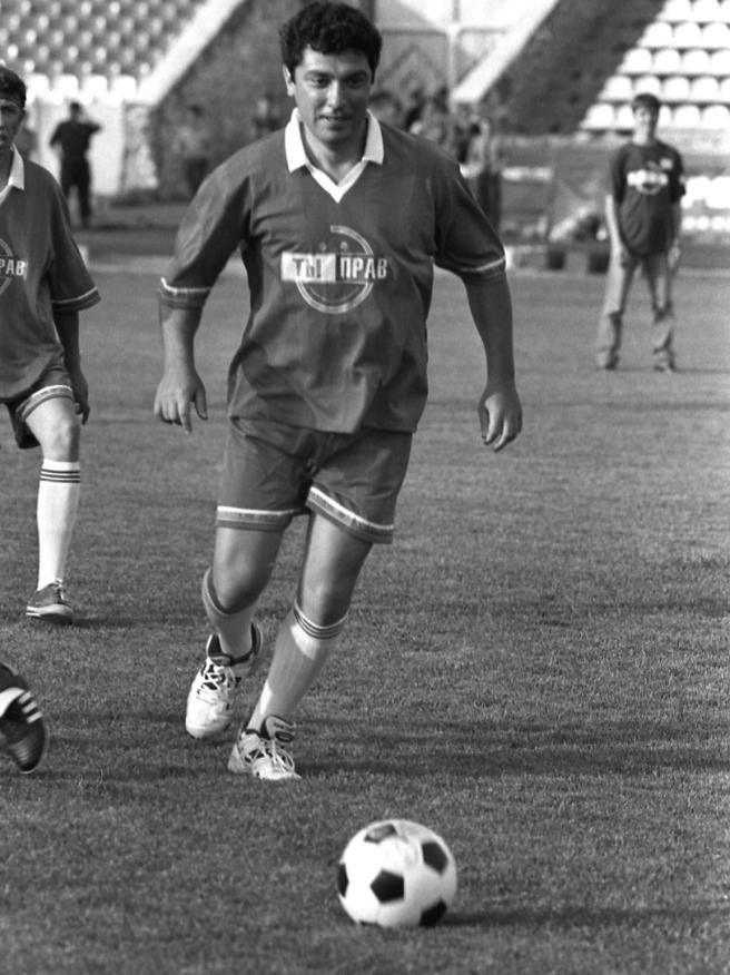 Борис Немцов играет в футбол на стадионе «Шинник». / Фото Сергея Белякова