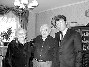 Борис Немцов с Виталием Лазаревичем Гинзбургом, 2003 год. С ним он был знаком ещё со времен, когда академик основал Нижегородскую школу физики. Сам Немцов один из воспитанников этой школы.