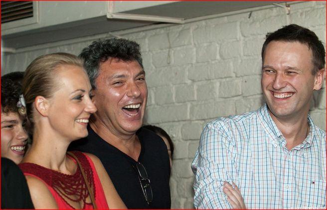 Алексей Навальный с супругой Юлией и сопредседатель Партии народной свободы Борис Немцов на вечере «Болотное дело» в поддержку узников 6 мая в клубе ArteFAQ, 25 августа 2012 года