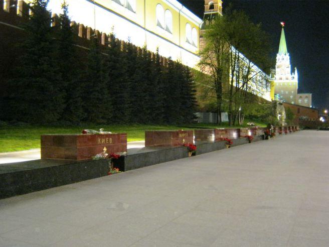 Всюду корзины с цветами, у Киева, цветы принесенные гражданами