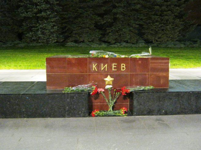 Города - герои. Киев. Цветы принесённые простыми людьми. 04.05.2016