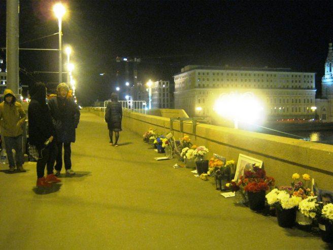 Немцов мост. 13.05.2016 Прохожий и Сергей Нетребский