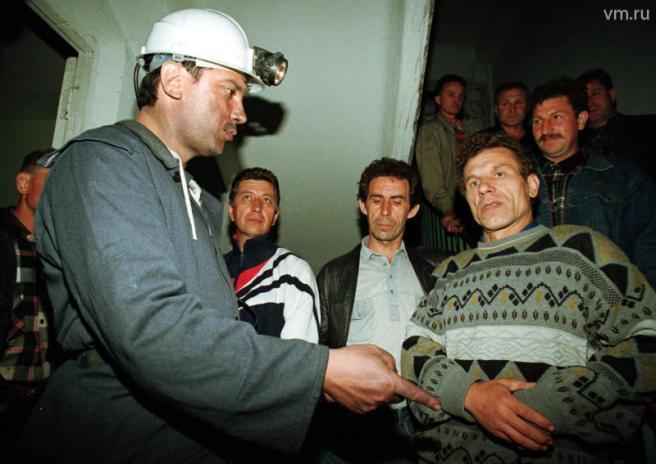 22 мая 1998 года. Заместитель председателя правительства РФ Борис Немцов после посещения шахты беседует с горняками.
