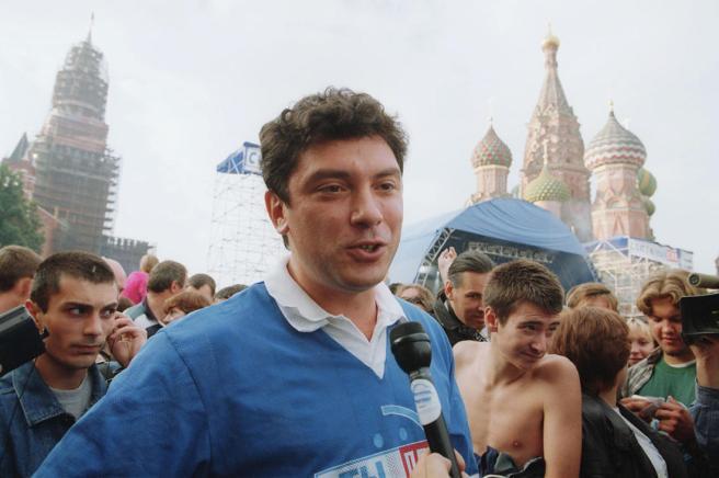 Фото: Борис Кавашкин / ТАСС / Scanpix Борис Немцов на Васильевском спуске на концерте «Ты — прав», организованном «Союзом правых сил», 29 августа 1999 года