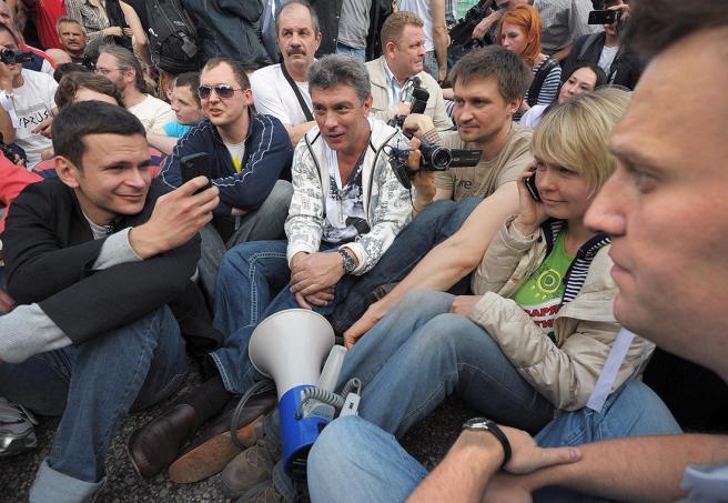 Фото: Александр Миридонов / Коммерсантъ Борис Немцов, Илья Яшин, Евгения Чирикова и Алексей Навальный во время «Марша миллионов» на Болотной площади, 6 мая 2012 года