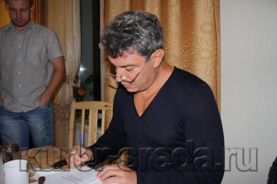 Борис Ефимович оставил автографы на своей брошюре о богатстве президента. / Фото: Дмитрия Добуша