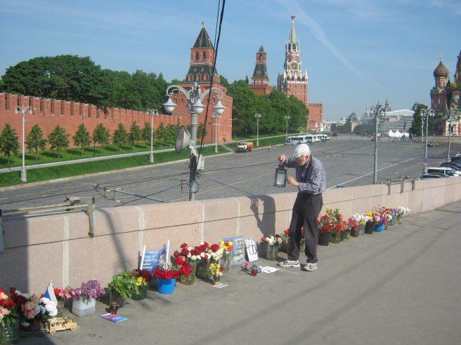 Андрей зажигает свечу