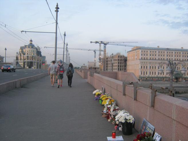 Прохожие на Мосту. Молодёжь, которая заинтересовалась нами и Мемориалом