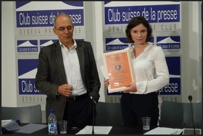 Жанна Немцова получает почетный диплом из рук Блеза Лемпена (© Nashagazeta.ch)