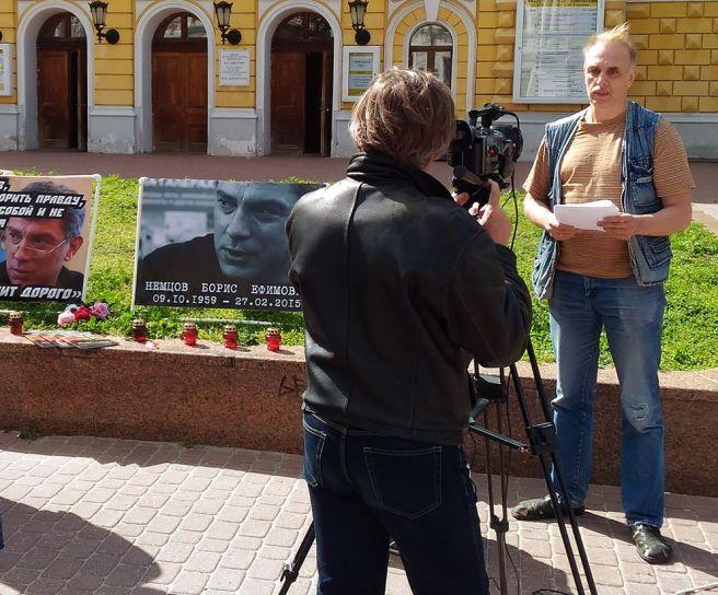 Всеволод Новиков читает. Михаил Карякин ведет видеосъемку