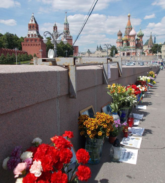 Листы с изображением государственных наград Бориса Ефимовича Немцова