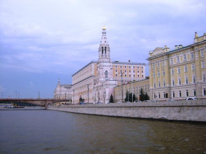 Подплываем к Немцову мосту. Многократно виденные здания с реки кажутся иными.