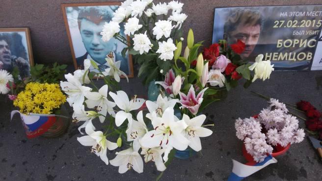 Лилии - цветы, которые приносят знакомые Бориса. Видимо, это его любимые цветы