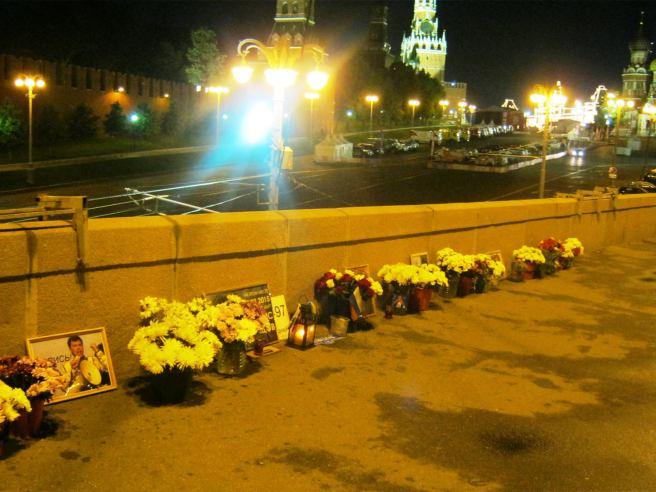 Народный мемориал ночью