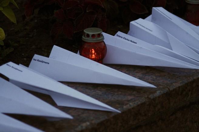 Рядом с Мемориалом Немцова в Нижнем Новгороде, организовали мемориал жертвам катастрофы: сделали и разложили много бумажных самолётиков с именами погибших. Тем прохожим, которые подходили и интересовались, мы объясняли, что это значит.