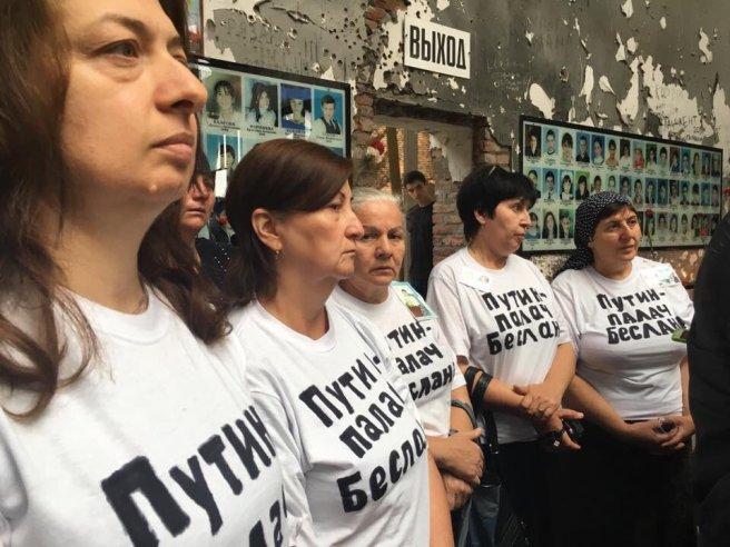 На футболках женщин Беслана надпись «Путин — палач Беслана»