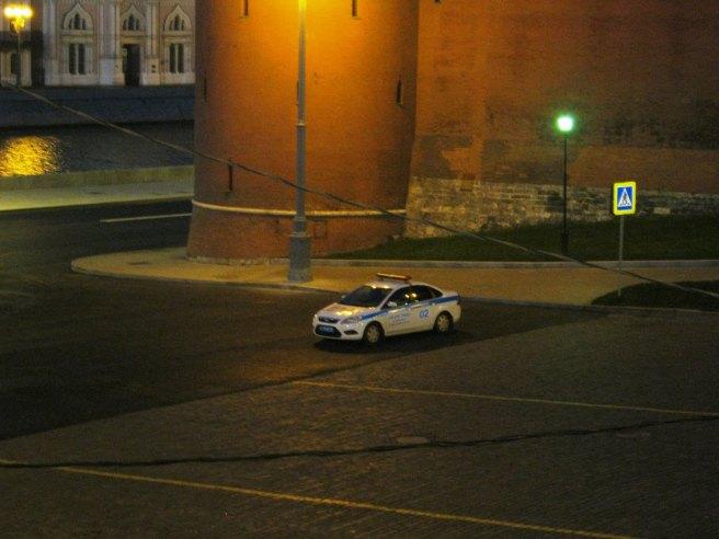 Немцов мост. Среди ночи на Васильевском спуске появилаь полицейская легковушка. Постояла с полчаса и уехала.