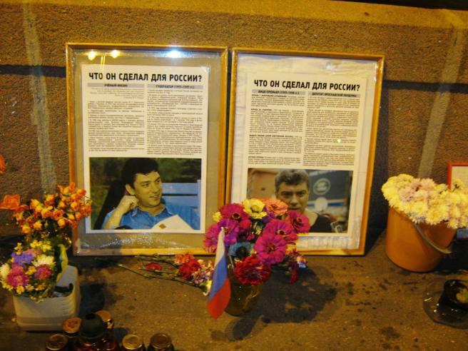 Немцов мост. Мемориал. Не так давно появились такие рамки с фотографиями.