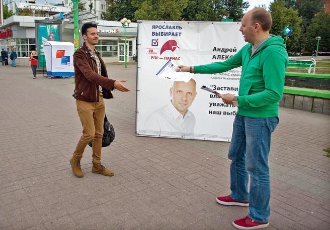 Андрей Алексеев, кандидат от списка «РПР-ПАРНАС», агитирует избирателей у куба