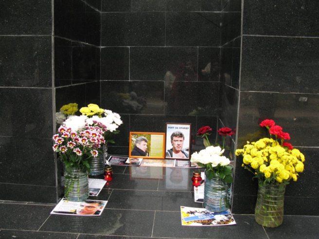 Цветов прибавилось, лампадки ещё горят... На левой фотографии — стихи Андрея Маргулёва «Поэт быть должен безоружен»