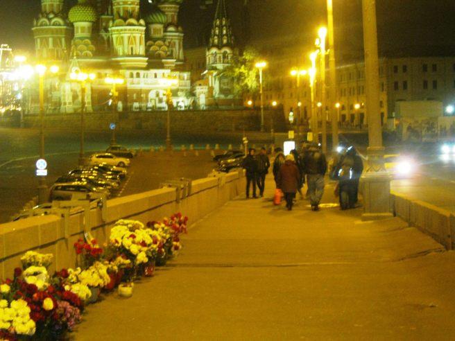 11.10.2016. Немцов Мост. Уходят те, кто пришёл днём. Остаются ночные дежурные.