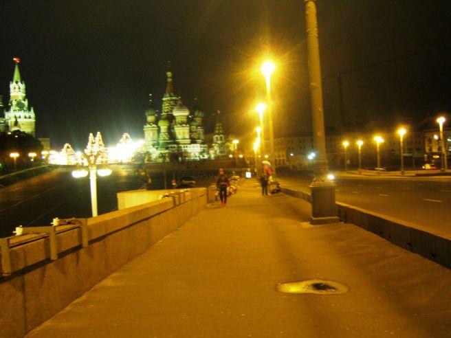 18.10.2016. Немцов мост. Парень, слушающий музыку на полную громкость.