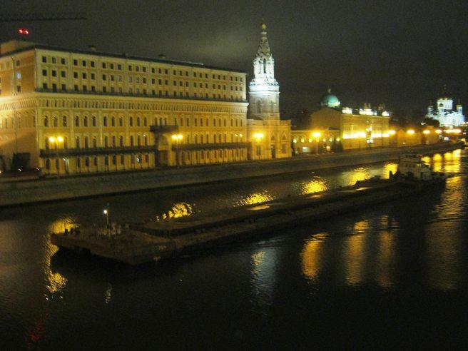 18.10.2016. Немцов мост. Баржа проплыла...