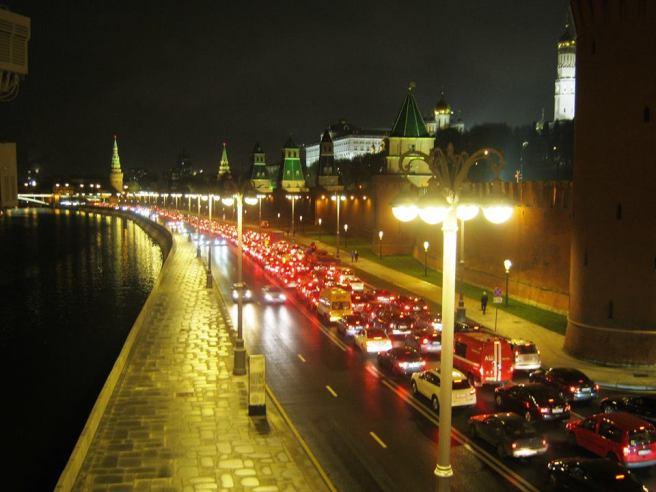 27.10.2016. Немцов мост. Пробки.Пробки. Пробки. И широкие пустые тротуары ...