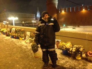 Григорий Саксонов выбрасывает замерзшие цветы
