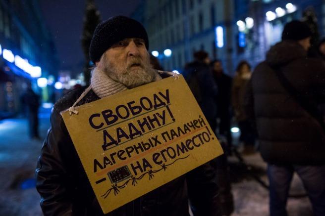 ... активист-блокадник Степаныч держал плакат «Свободу Дадину. Лагерных палачей на его место»