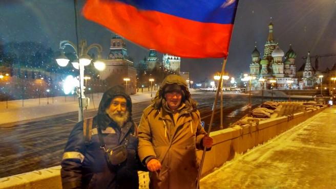 Встреча ночной и дневной смены. Иван передает флаг Григорию