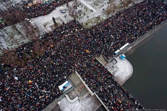 Мы стояли внизу у воды и не видели, сколько людей собирается на площади. И когда гексакоптер поднимался в воздух, я каждый раз удивлялся — сколько же там народа! Люди стояли от Сирафимовича (Чистопрудов Дмитрий)