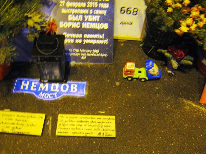 26.12.2016. Дежурство на Немцовском мемориале. Появился игрушечный грузовик. Напоминает о дальнобойщиках?