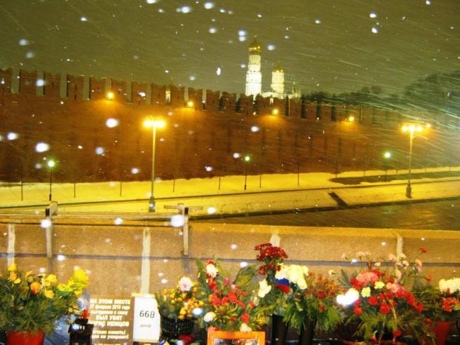 26.12.2016 Дежурство на Немцовском мемориале. Снег идёт