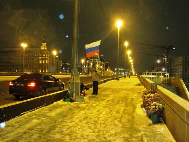 26.12.2016. Дежурство на Немцовском мемориале. Иван с флагом.
