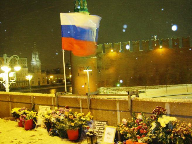 26.12.2016. Дежурство на Немцовском мемориале. Флаг над мемориалом