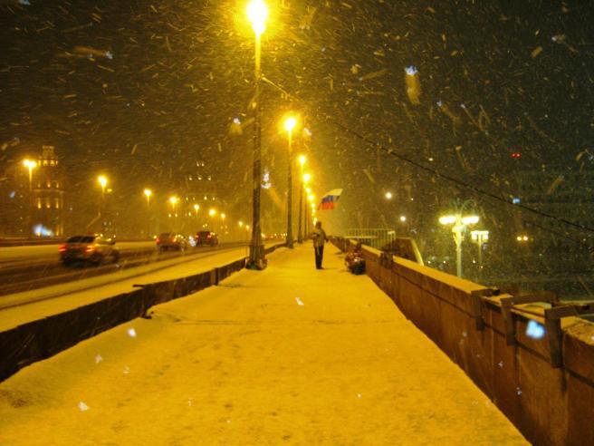 26.12.2016. Дежурство на Немцовском мемориале. Меморил, флаг и снегопад...