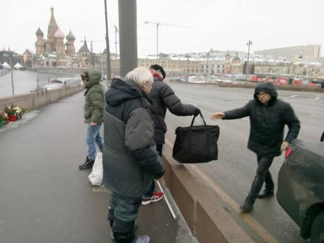 Игорь, волонтер, забирает наши вещи к себе, чтобы к понедельнику подвезти