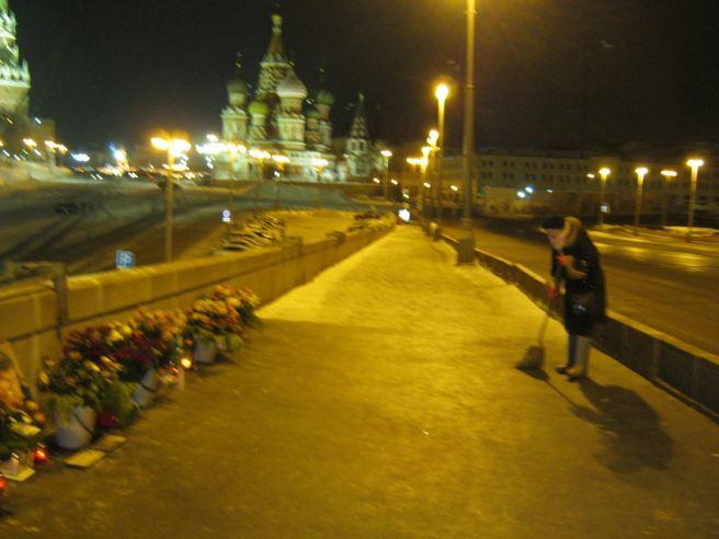 Немцов мост 16.01.2017. Ночь. Мемориал. неутомимая Татьяна