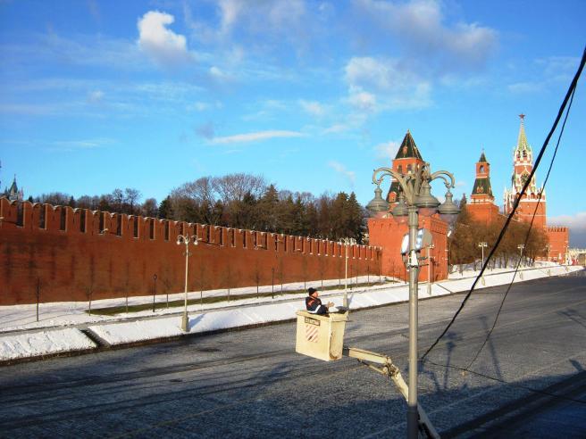21.01.2017 Дежурство на мосту Немцова. Ещё и лампу сейчас будут ввинчивать :)