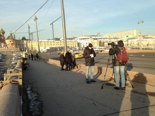 на мост приехала съемочная группа телеканала RTVi