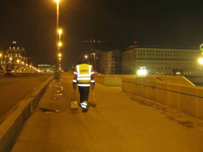 Утреннее дежурство на мосту Немцова. После погрома. Гормост убирает территорию. То, что они оставили после погрома страшную грязь, ничего. Они её не замечают