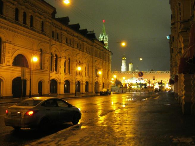 Впереди видна Красная площадь.
