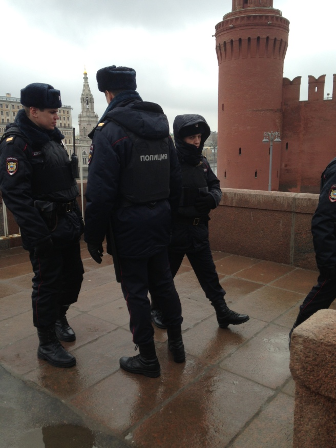 Весь день было много полиции вокруг
