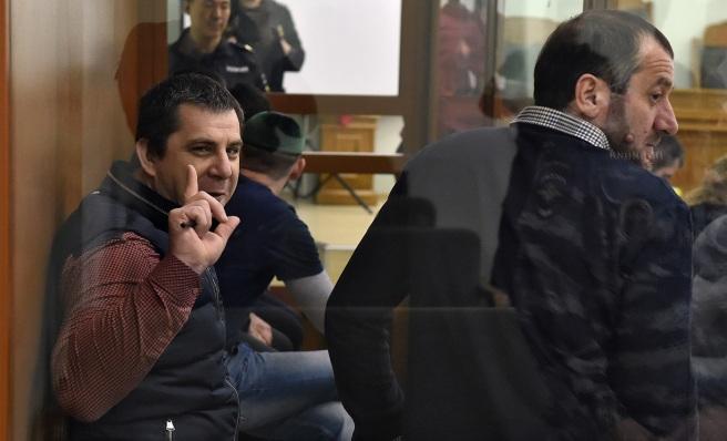 Темерлан Эскерханов (слева) во время заседания суда. Фото: Анатолий Жданов / Коммерсант